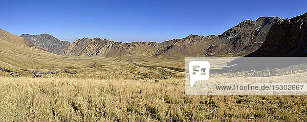 Iran  view over Hezar Som plateau towards Lashgarak  Alam Kuh area  Takht-e Suleyman Massif  Alborz Mountains