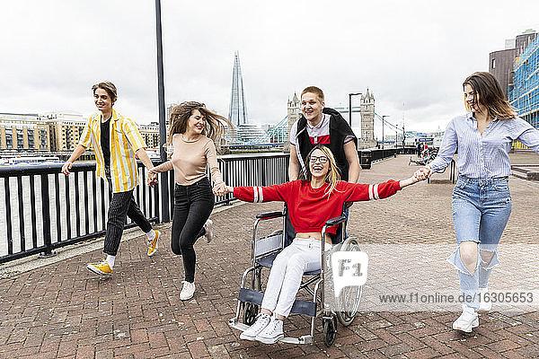 Fröhliche Männer und Frauen mit behinderter Freundin genießen in der Stadt  London  UK