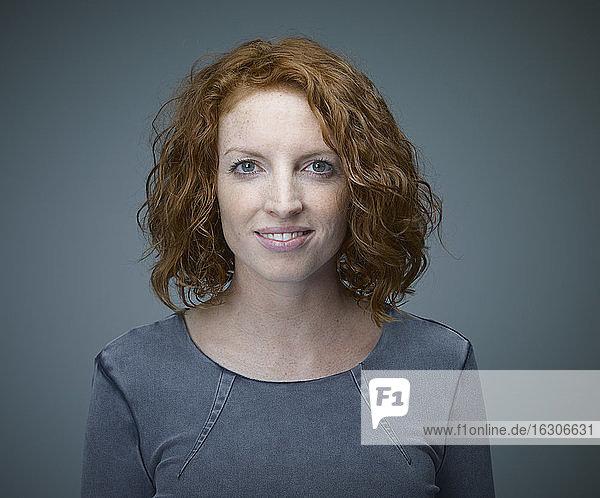 Porträt einer lächelnden rothaarigen Frau