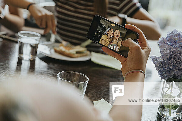 Group of teenage girls meeting for brunch  taking smartphone pictures