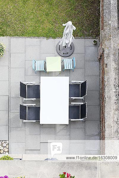 Deutschland  Terrasse mit Gartenmöbeln  Blick von oben