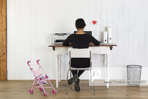 Frau arbeitet im Büro zu Hause