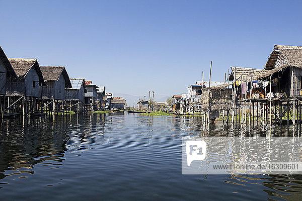Myanmar  Blick auf ein Fischerdorf am Inle-See