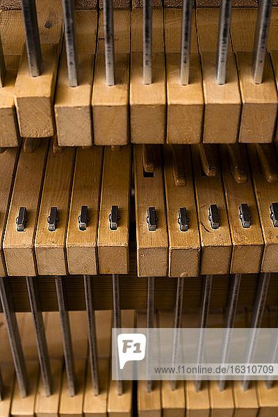 Klammern in einer Werkstatt eines Gitarrenbauers Klammern in einer Werkstatt eines Gitarrenbauers