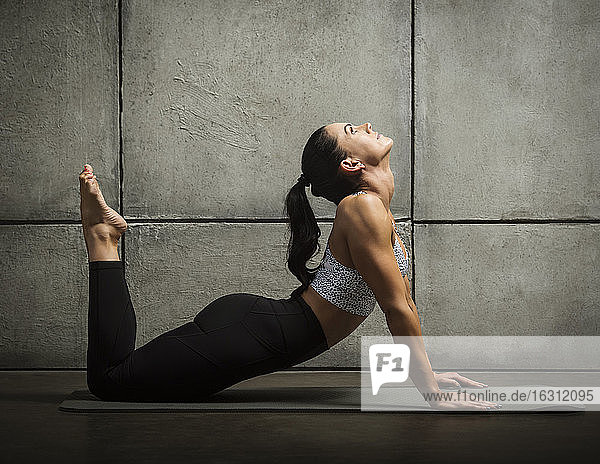 Frau in Yogastellung