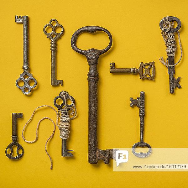 Antike Schlüssel auf gelbem Hintergrund