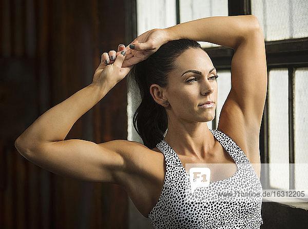 Porträt einer Frau mit Sport-BH