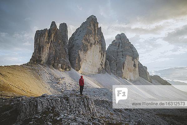 Italien  Südtirol  Sextner Dolomiten  Drei Zinnen  Mann schaut auf Felsformationen