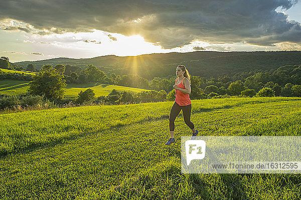 USA  Frau läuft im Feld