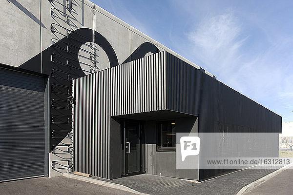 Seite eines modernen Fabrikgebäudes