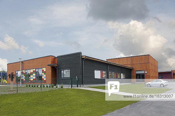 Außenansicht der Grundschule  ein modernes Gebäude