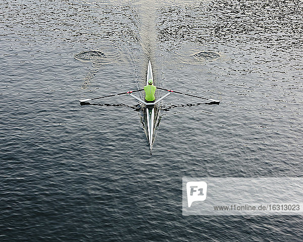Ein einzelnes Totenkopfboot und Ruderboot auf dem Wasser  Blick von oben.
