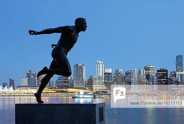 Laufende Skulptur mit Innenstadt-Hintergrund