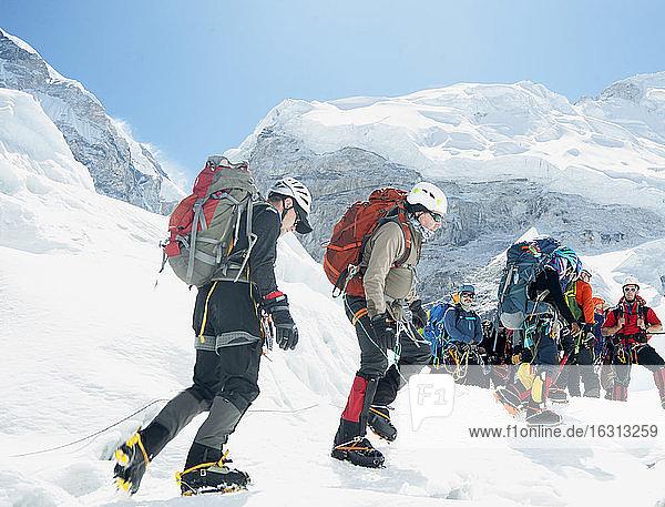 Wanderer mit Rucksack auf dem Berg