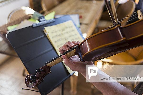 Nahaufnahme der Hände beim Geigenspiel