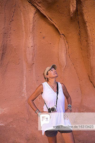 Frau wandert in der Nähe des Sees von Cortes  auch bekannt als Golf von Kalifornien  Mexiko.