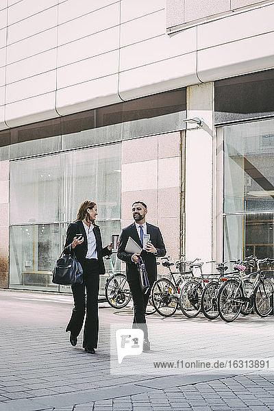 Geschäftsfrau mit Mitarbeiterin zu Fuß in der Stadt