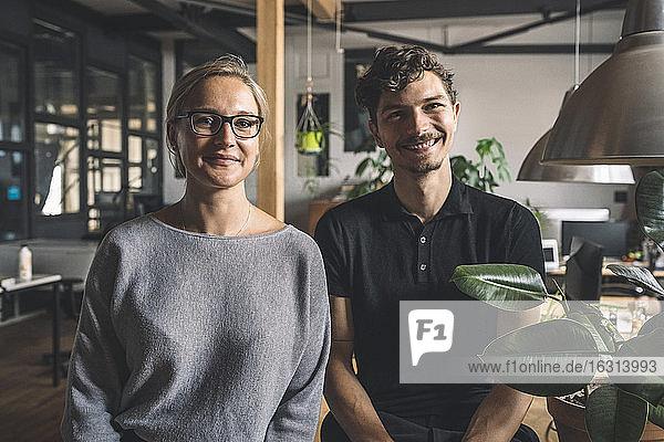 Porträt von lächelnden Computerprogrammierern am Arbeitsplatz