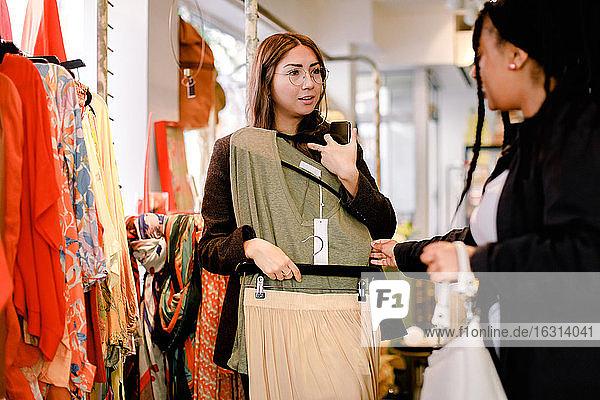 Freundinnen unterhalten sich beim Einkaufen im Einzelhandel