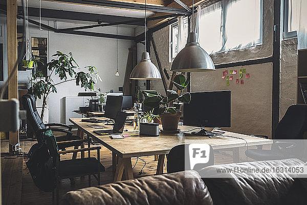 Leere Computer auf dem Tisch nach Bürostühlen am Arbeitsplatz angeordnet