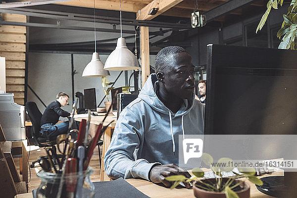 Geschäftsmann  der am Computer am Arbeitsplatz arbeitet