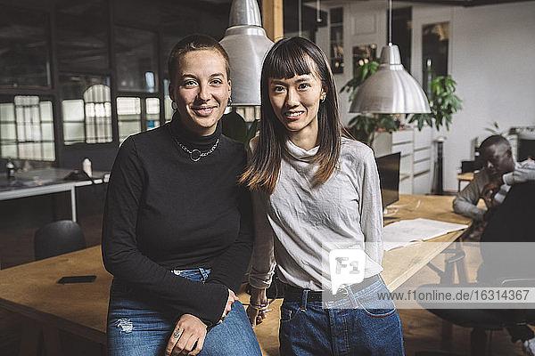 Porträt von lächelnden Geschäftsfrauen am Arbeitsplatz