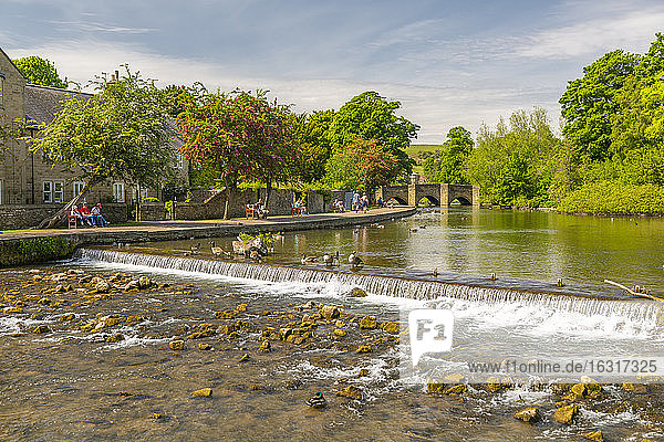 View of bridge spanning River Wye  Bakewell  Derbyshire Dales  Derbyshire  England  United Kingdom  Europe
