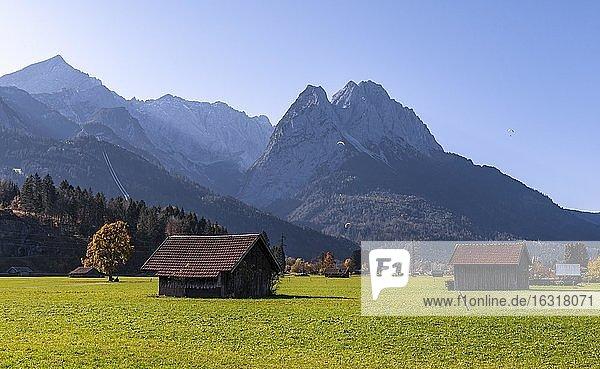 Heustadel  grüne Wiese  hinten Zugspitze  Berglandschaft  bei Grainau  Garmisch-Partenkirchen  Oberbayern  Bayern  Deutschland  Europa