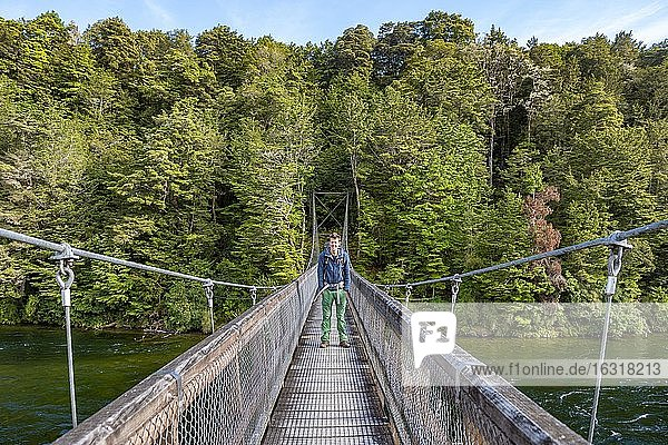 Wanderer auf Hängebrücke  Waiau River  Kepler Track  Fiordland Nationalpark  Southland  Südinsel  Neuseeland  Ozeanien