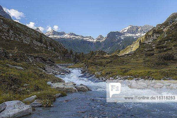 Bergbach  Zemmbach  hinten Kleiner Mörchner und Zsigmondyspitze  schneebedeckte Berge  Berliner Höhenweg  Zillertaler Alpen  Zillertal  Tirol  Österreich  Europa