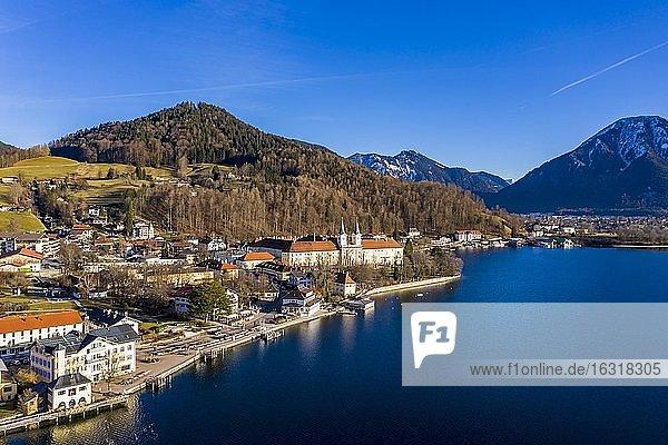 Luftaufnahme  Tegernsee  Ort Tegernsee und Kloster Tegernsee  Oberbayern  Bayern  Deutschland  Europa