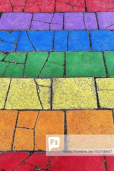 Bunt bemalte Steinplatten  Straßenpflaster in den Farben des Regenbogens  Hintergrundbild  Seyðisfjörður  Seydisfjördur  Ostisland  Island  Europa