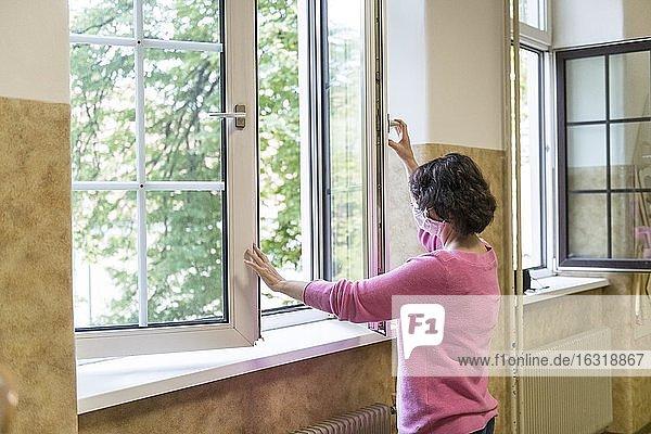 Lüften in einem Klassenzimmer  Lehrerin öffnet Fenster zum Lüften  Österreich  Europa