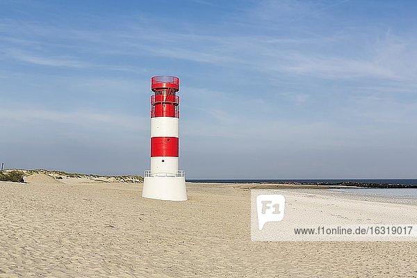 Rotweißer Leuchtturm Helgoland Düne am Südstrand  Helgoländer Düne  Insel Helgoland  Nordsee  Schleswig-Holstein  Deutschland  Europa