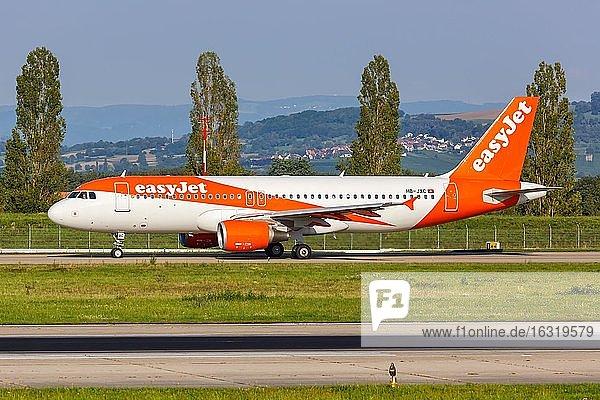 Ein Airbus A320 der EasyJet Switzerland mit dem Kennzeichen HB-JXC auf dem Flughafen EuroAirport Basel Mulhouse (EAP),  Mulhouse,  Frankreich,  Europa