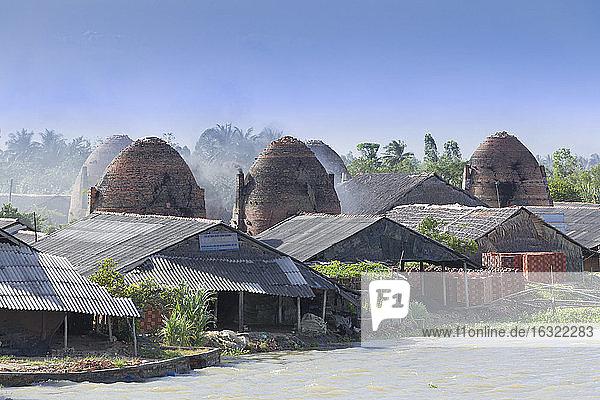 Vietnam  Ziegeleien am Mekong-Fluss