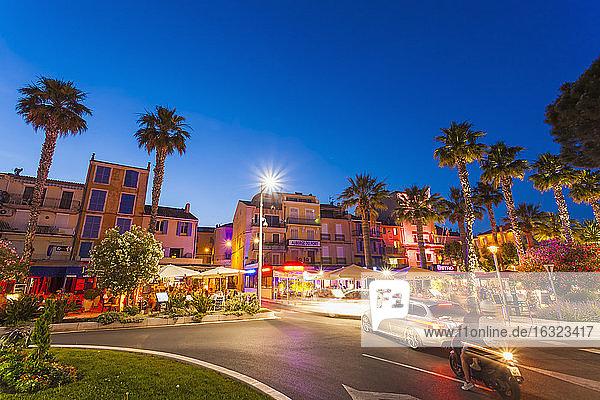France  Provence-Alpes-Cote d'Azur  Department Var  Bandol  Quai Charles de Gaulle  Traffic and night life