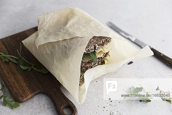 Vollkorn-Sandwichbrote mit Käse in Papier gewickelt Vollkorn-Sandwichbrote mit Käse in Papier gewickelt