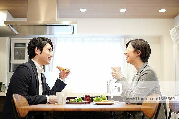 Japanisches Paar zu Hause