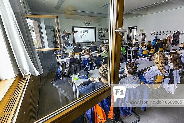 Teaching physics with open windows in an 8th grade class at the Robert-Havemann-Gymnasium in Karow  Berlin  Germany  Europe