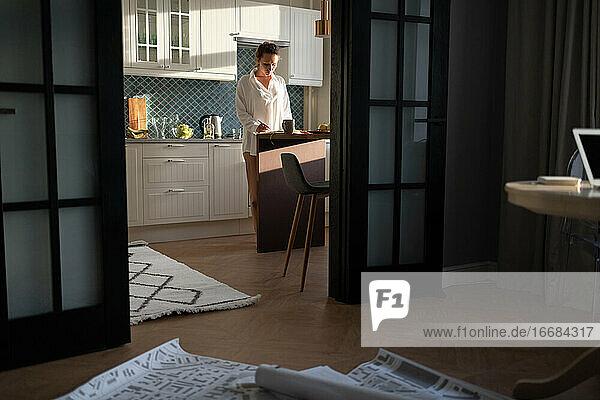 Architektin bei der Arbeit in der Küche