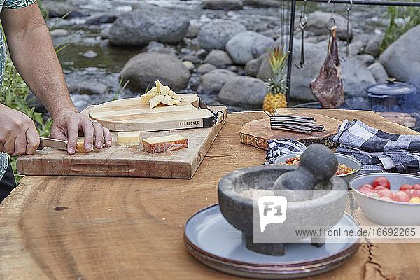 Charcuterie-Board wird beim Barbecue im Freien zubereitet
