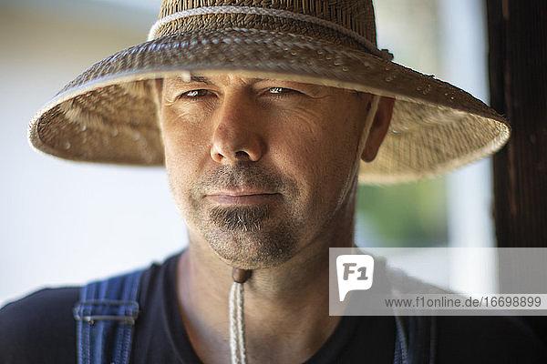 Hübscher Mann mit Strohhut