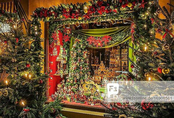 Geschäft mit Weihnachtsschmuck in der Herrngasse  Rothenburg ob der Tauber  Altstadt  Taubertal  Romantische Strasse  Mittelfranken  Franken  Bayern  Deutschland  Europa
