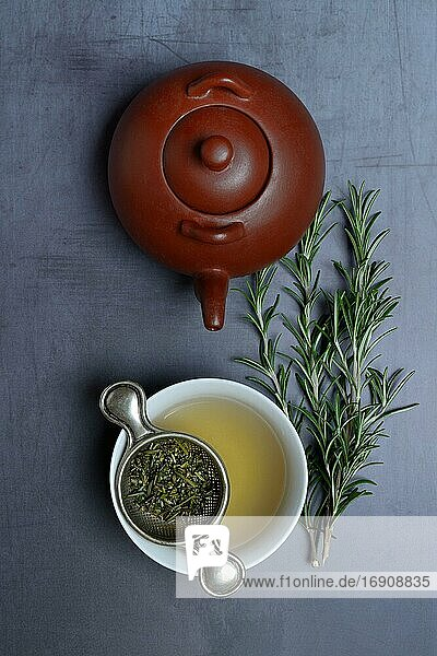 Eine Tasse Rosmarintee mit Teesieb  Teekanne  Deutschland  Europa Eine Tasse Rosmarintee mit Teesieb, Teekanne, Deutschland, Europa