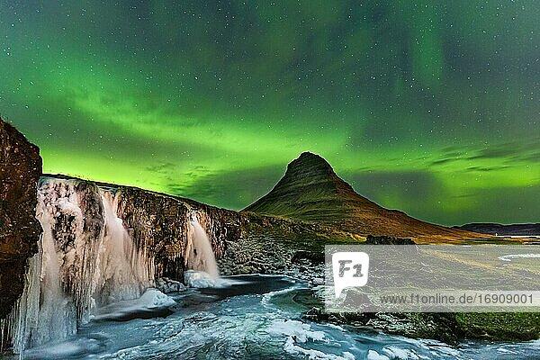 Polarlicht  Kirkjufellsfoss mit Berg Kirjufell  Halbinsel Snæfellsnes  Island  Europa