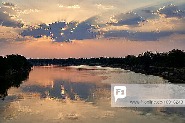 Sonnenuntergang ueber dem Luangwa Fluss  South Luangwa Nationalpark  Mfuwe  Sambia  Afrika |sunset over Luangwa River  South Luangwa National Park  Mfuwe  Zambia  Africa|