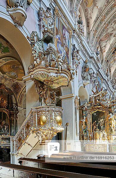 Innenaufnahme der ehemalige  Benediktiner-Abteikirche St. Emmeram (mit St. Rupert)  Regensburg   Bayern  Deutschland  interior shot of former Benediktiner-churche St. Emmeram (with St. Rupert)  Regensburg   Bavaria  Germany 
