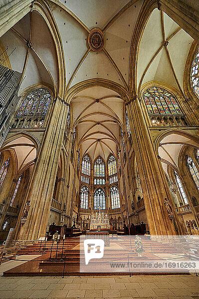 Altar- und Buntglasfenster im Dom St. Peter  Regensburg   Bayern  Deutschland  Altar and stained glass windows of Dom St. Peter cathedral  Regensburg   Bavaria  Germany 
