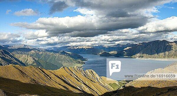 Blick auf Lake Hawea  See und Berglandschaft  Ausblick vom Isthmus Peak  Wanaka  Otago  Südinsel  Neuseeland  Ozeanien